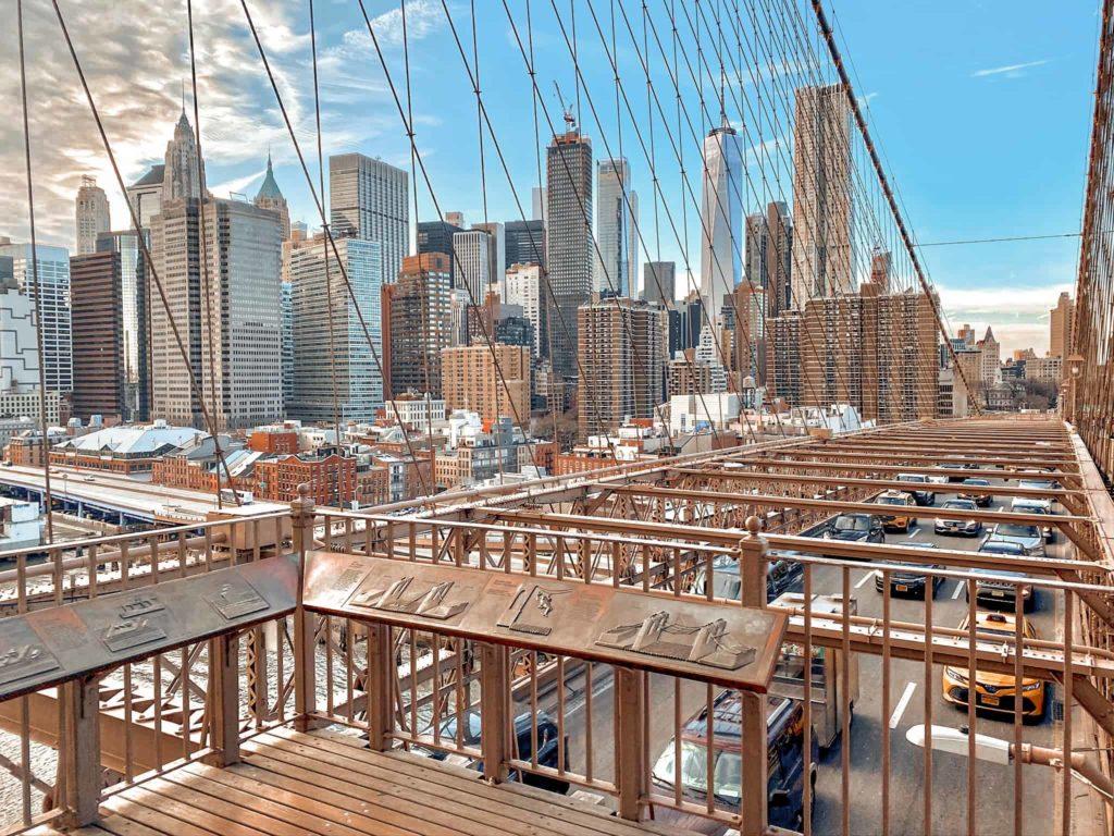 Die Autos auf der Brooklyn Bridge