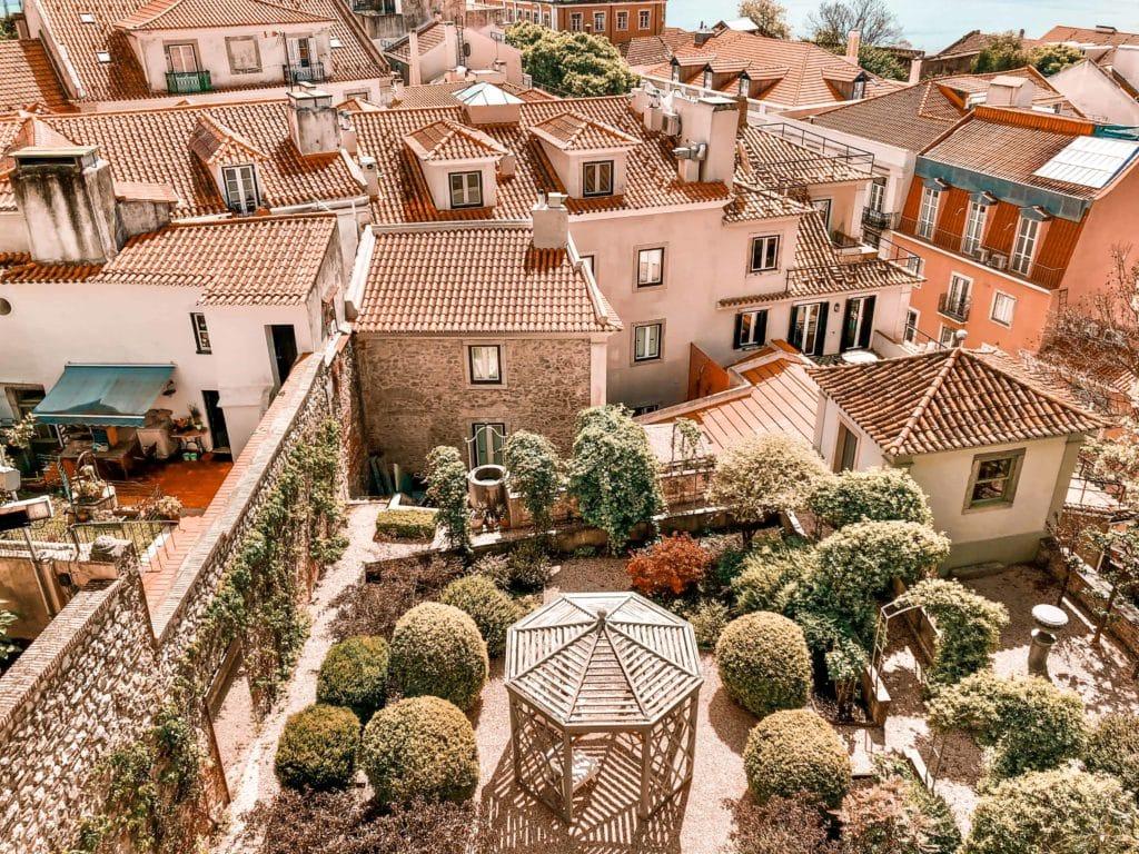 Dächer von Lissabon von Santa Luzia