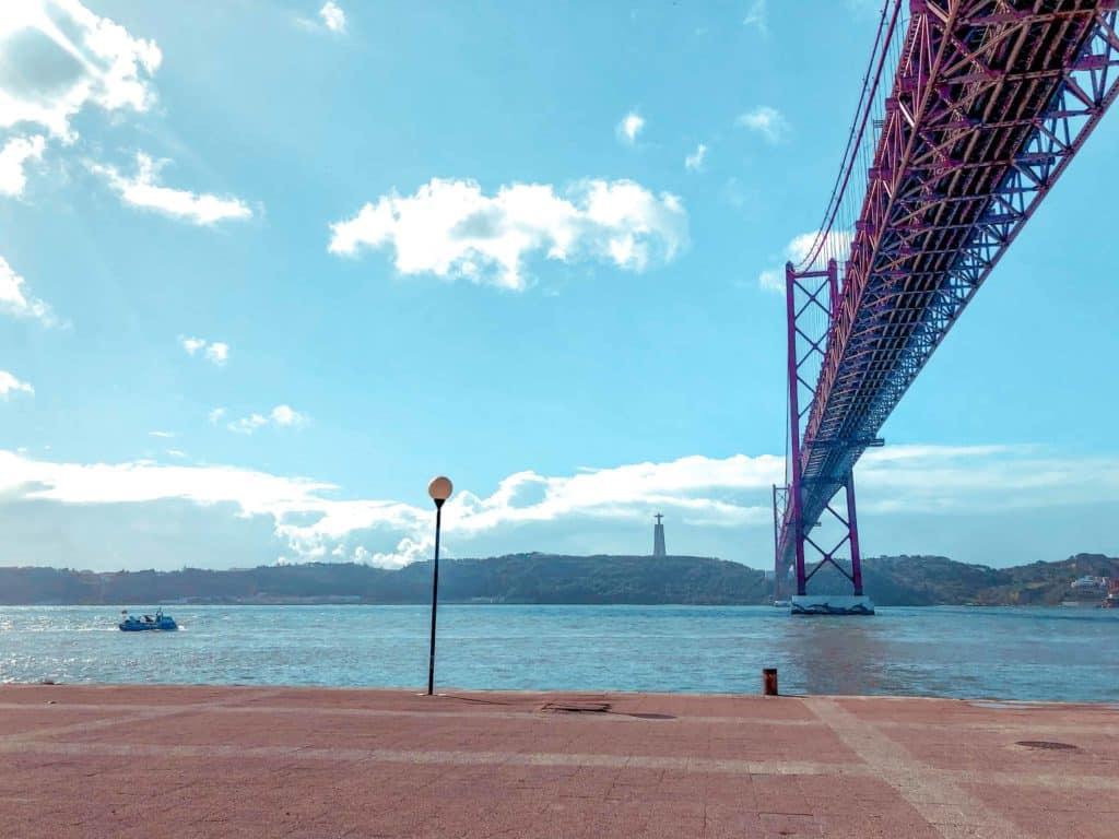 Hängebrücke des 25 April Lissabon unten