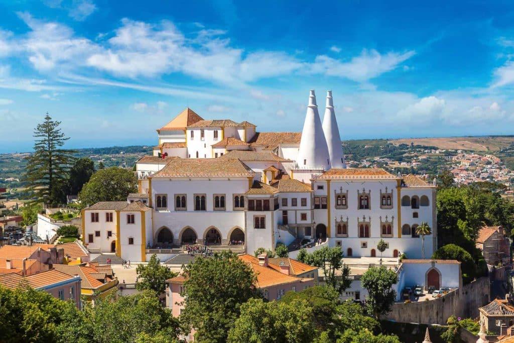 Eine Luftbildaufnahme des Nationalpalasts von Sintra