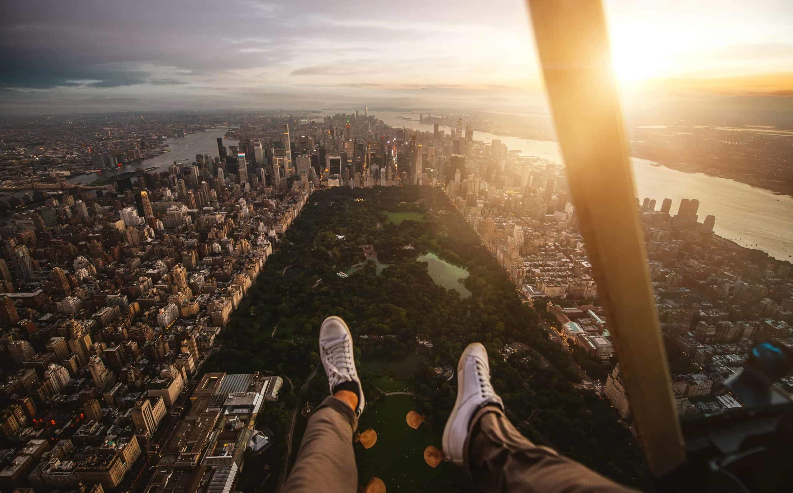 Beine aus dem Hubschrauber halten