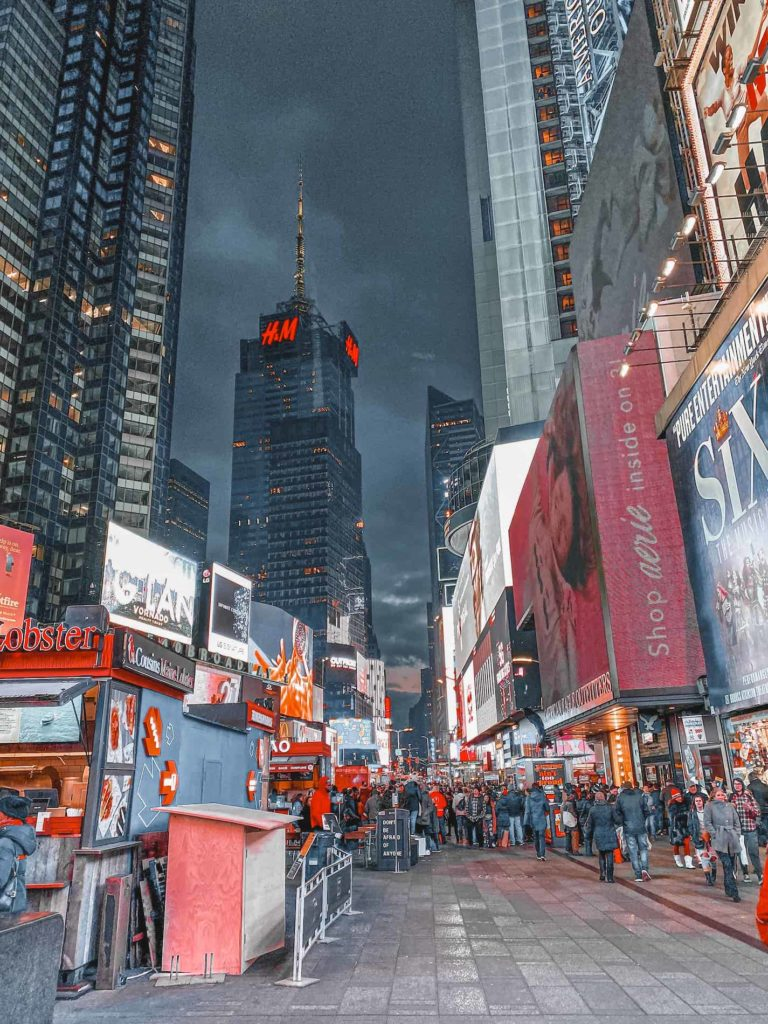 Der H&M Turm in New York am Times Square