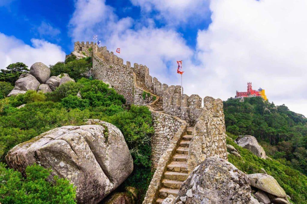 Castello dos Mouros ist eine Burg in Sintra
