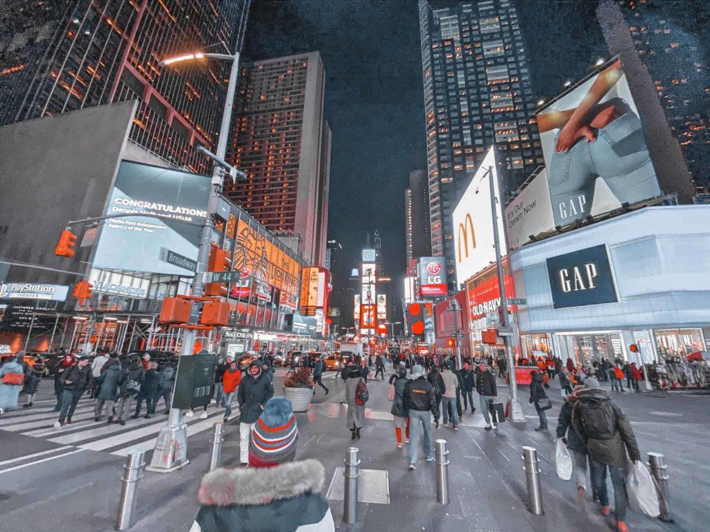 Der Times Square nachts hellerleuchtet