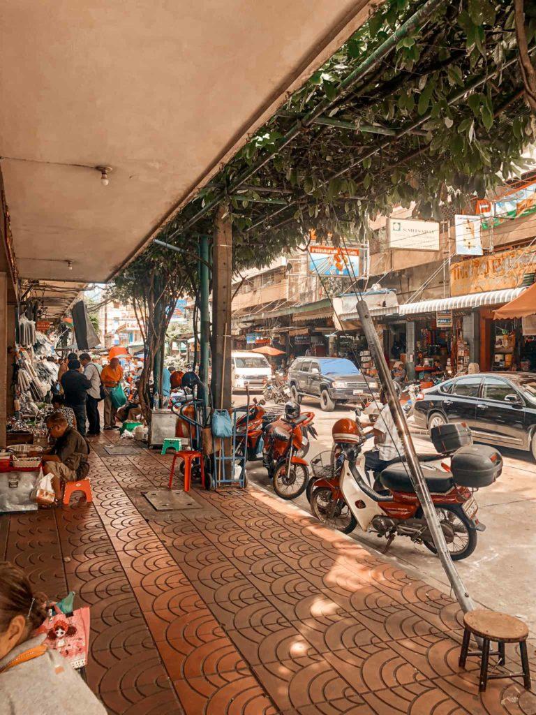 Bangkoks Straßen von einem Geschäft aus