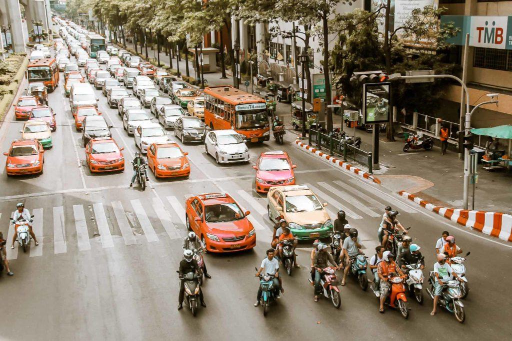 Die Taxis in Bangkok haben ganz unterschiedliche Farben
