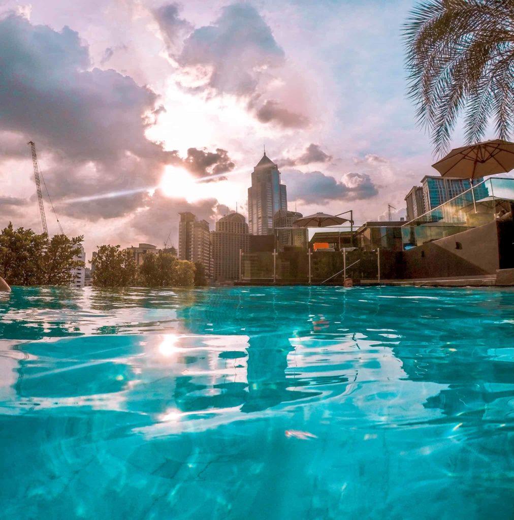 Blick auf die Skyline von Bangkok vom Infinity Pool