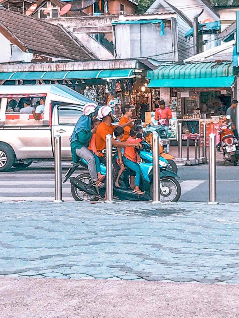 Mehrere Personen auf einem Roller in Bangkog