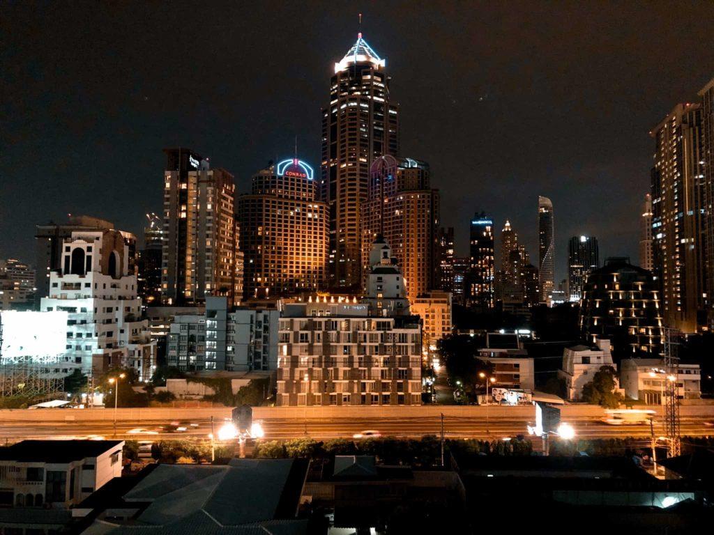 Bangkoks Skyline bei Nacht