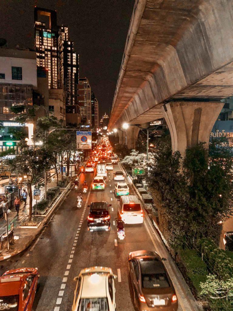 Der Verkehr in Bangkok bei Nacht