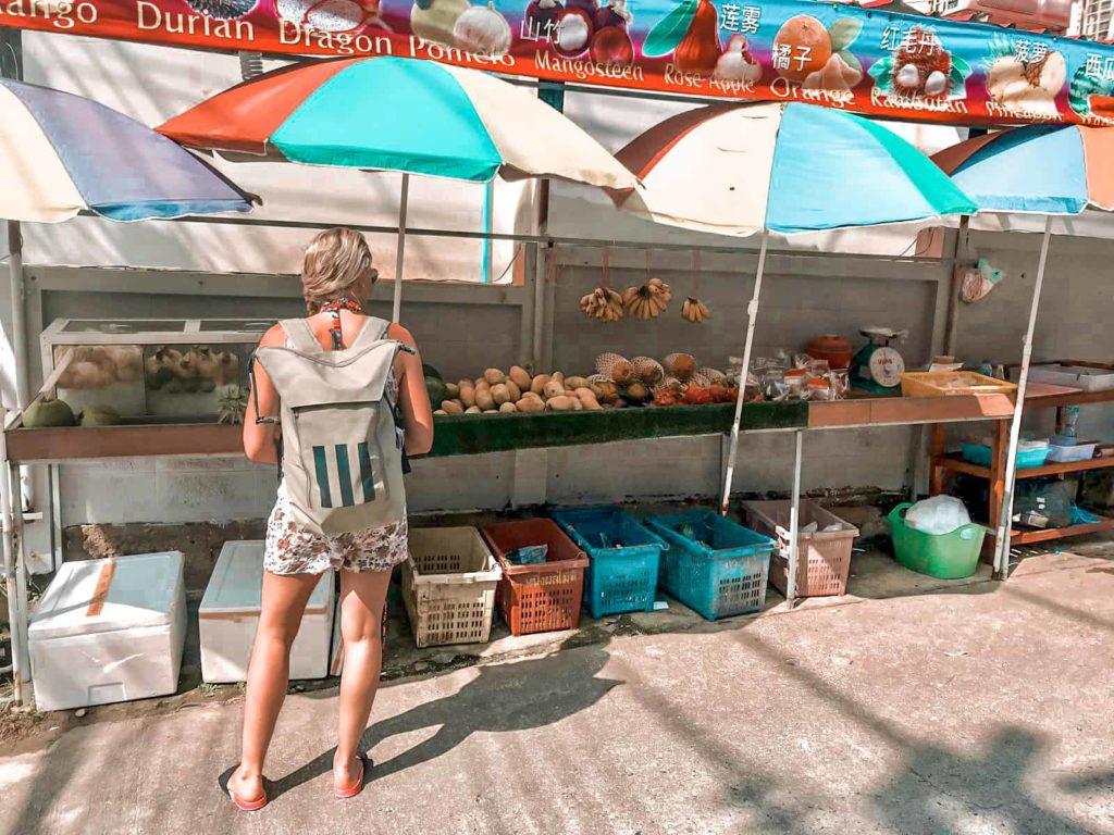Frisches Obst an den Straßenständen in Thailand
