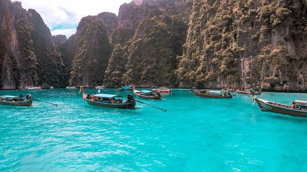 Verschiedene Schiffe legen an und bringen Touristen nach Ko Phi Phi