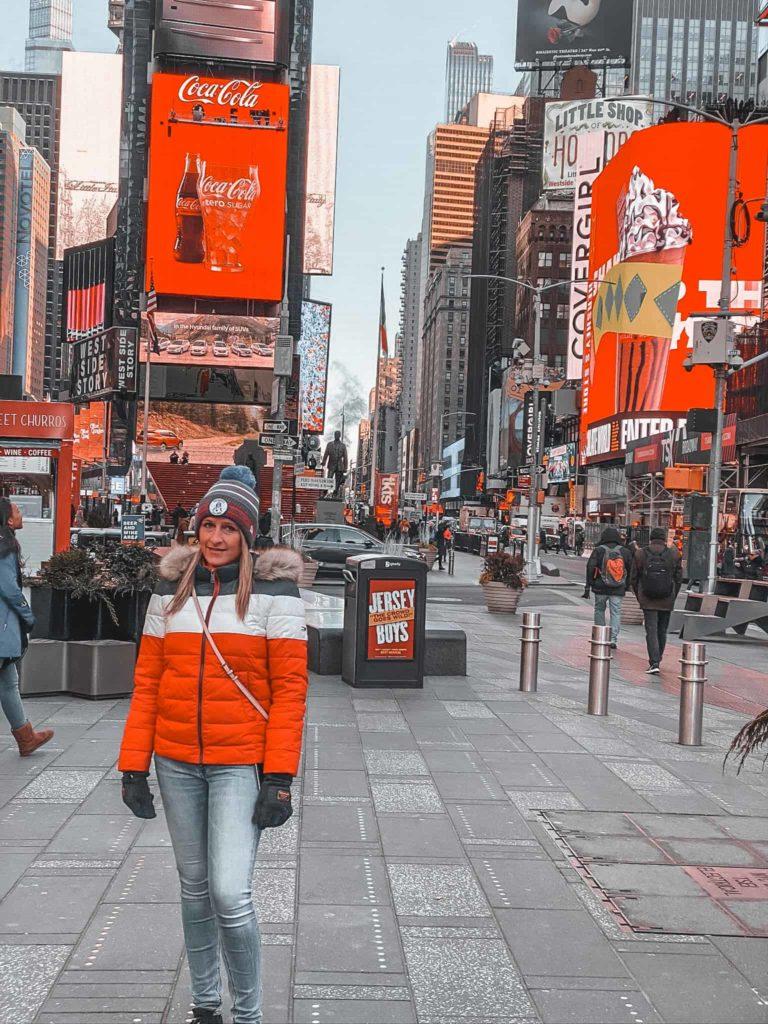 Der Times Square mit bunten Reklamen