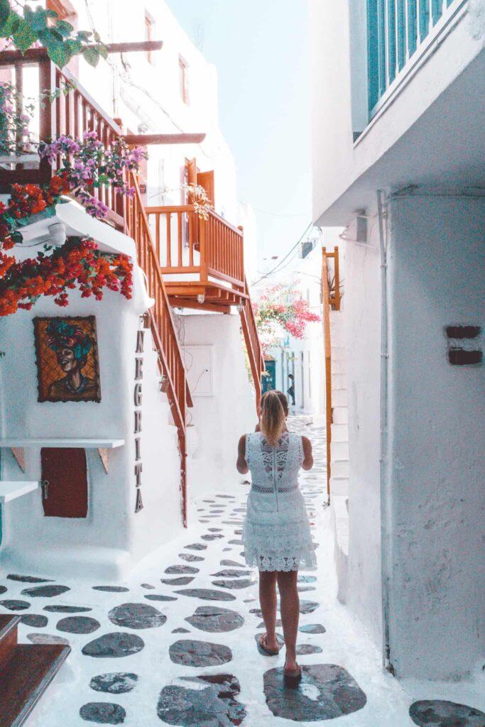 Rote Geländer in Mykonos Innenstadt