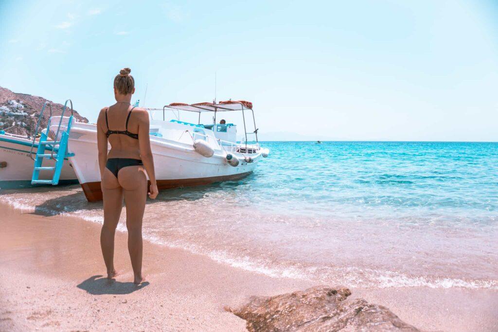 Am Elia Strand legen regelmäßig kleinere Boote an