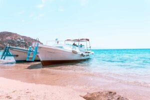 Elia Beach - zwei Boote legen an
