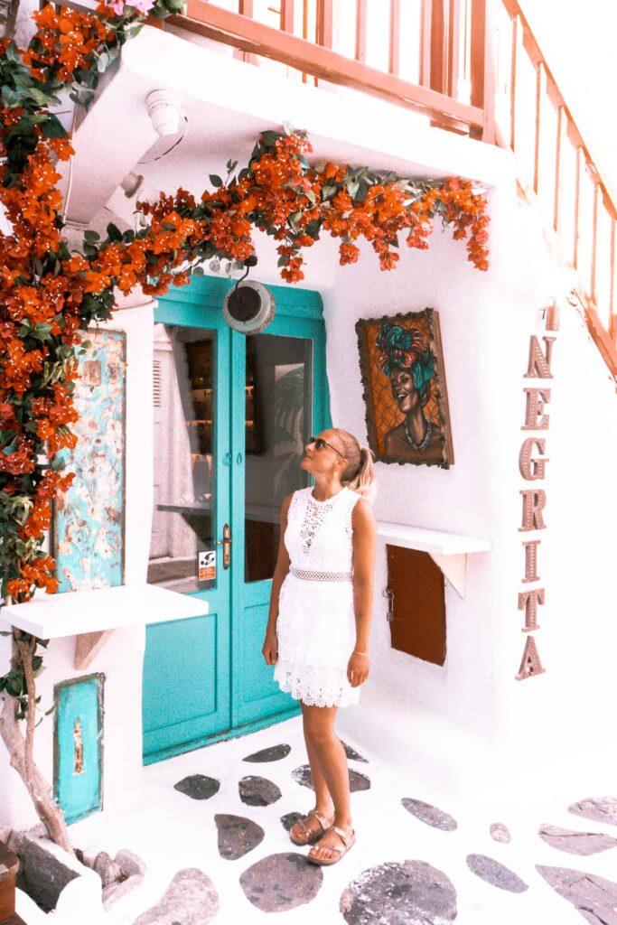 Negrita Store auf Mykonos mit rotem Geländer