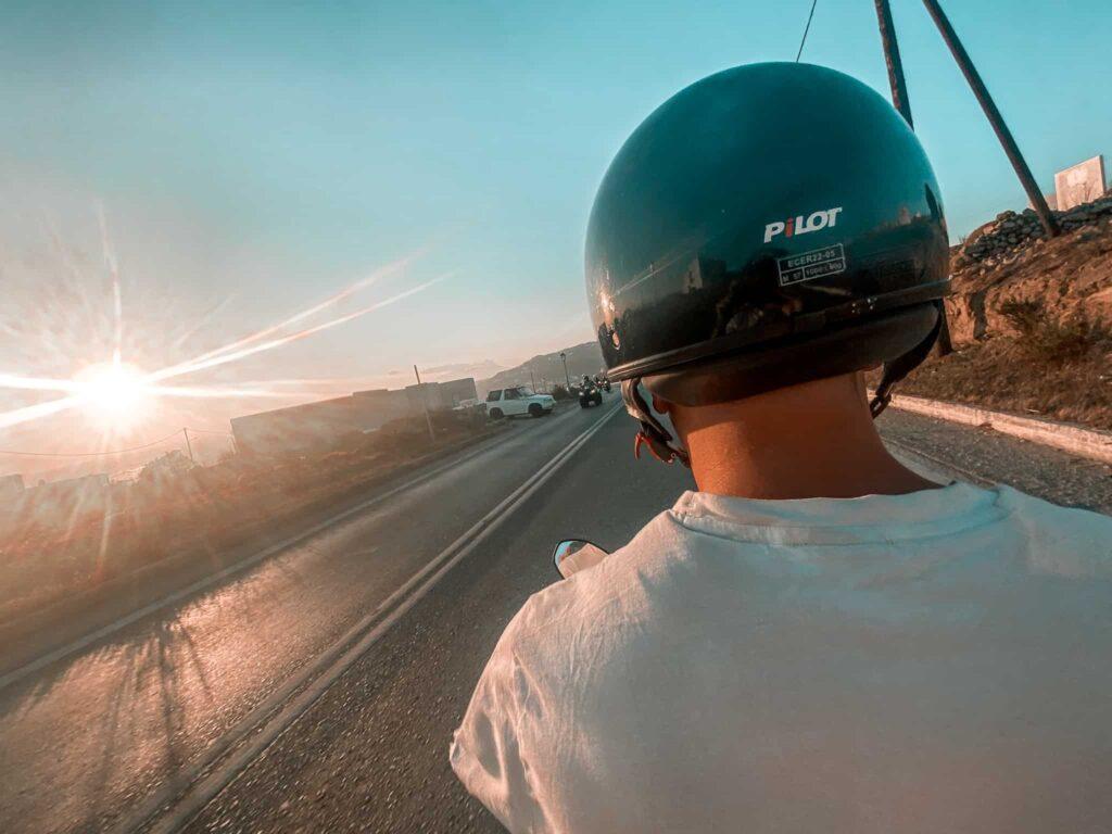 Rollerfahren auf Mykonos, Griechenland