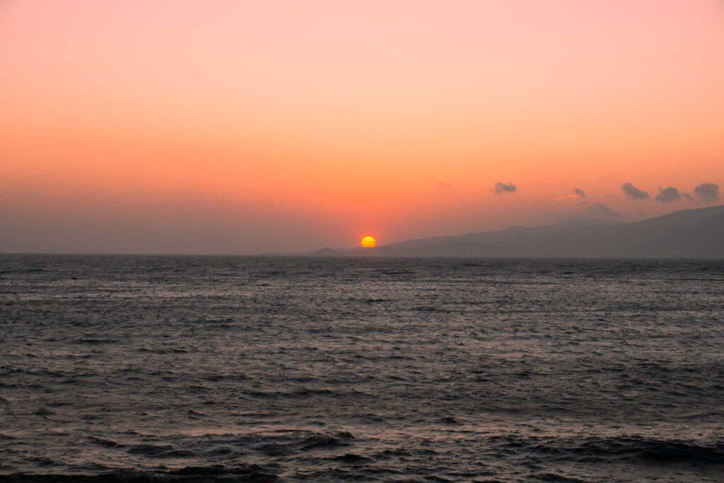 Sonnenuntergang mit Meer an der Westküste Mykonos