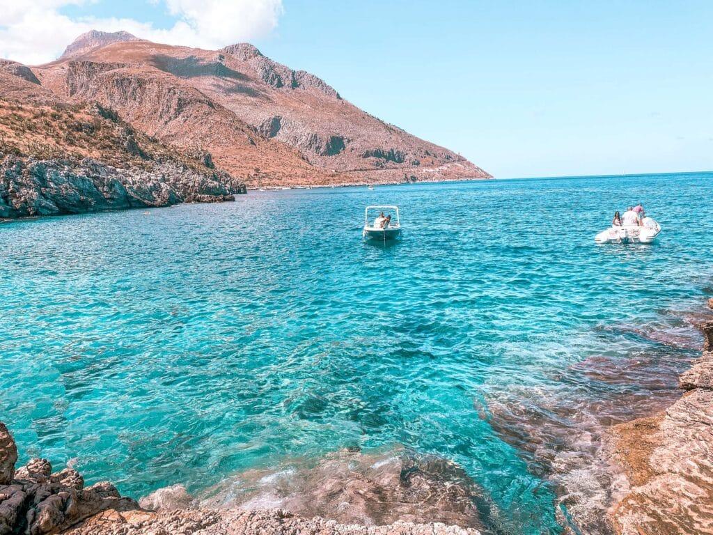 Boote vor der Cala Marinella