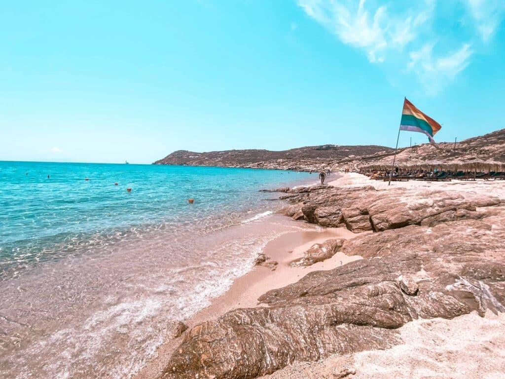 Elia Beach LGBTQ Fahne im Hintergrund
