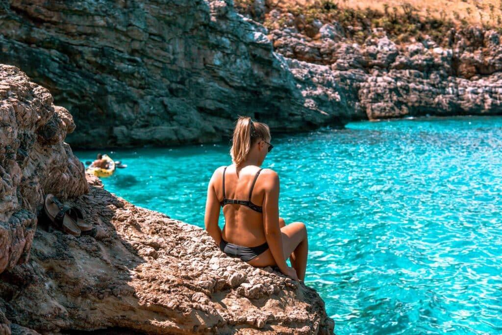 Glasklares Wasser in der Cala Marinella Bucht
